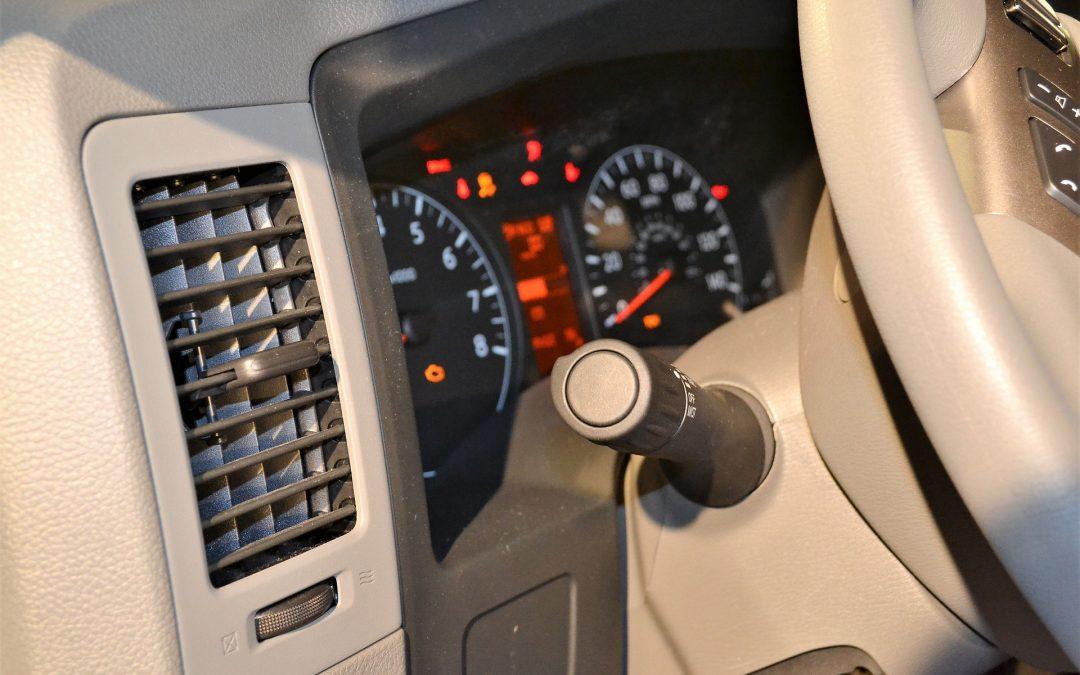 Pourquoi le climatiseur d'une voiture sent mauvais (4 causes potentielles)   Rugissement de la voiture